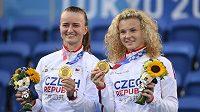 České tenistky Barbora Krejčíková (vlevo) a Kateřina Siniaková se zlatými medailemi.