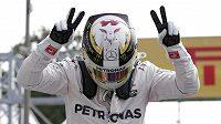 Lewis Hamilton oslavuje triumf v kvalifikaci na GP Itálie v Monze.