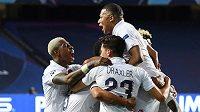 Fotbalisté PSG se radují z gólu proti Atalantě Bergamo. Duel čtvrtfinále Ligy mistrů Pařížané otočili až v samotném závěru.