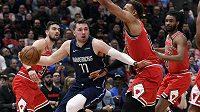 Akci basketbalisty Dallasu Mavericks Luky Dončiče (77) sleduje během utkání NBA také český hráč Tomáš Satoranský z Chicaga Bulls.