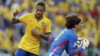 Guillermo Ochoa (vpravo) sebral míč před brazilskou hvězdou Neymarem.