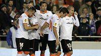 Fotbalisté Valencie se radují ze vstřelení gólu (ilustrační foto).