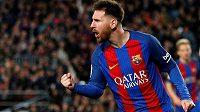 Máme vyděláno. Barcelonská hvězda se raduje po jednom z gólů, ale jeho gesto může symbolizovat i pocity vedení klubu, když uzavřelo smlouvu s novým sponzorem. Ten pošle do kasy katalánského týmu miliardy.
