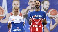 Zástupci národních týmů Kateřina Elhotová a Vojtěch Hruban představili nové dresy českých basketbalových reprezentací.