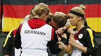 Německé tenistky utěšují Angelique Kerberovou po nedělní porážce od Petry Kvitové, která dokonala triumf České republiky v pražském finále Fed Cupu.