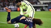 Útočník Barcelony Luis Suárez obral o míč brazilského zadáka PSG Davida Luize a následně vstřelil druhý gól katalánského celku.