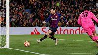 Barcelonaský Lionel Messi střílí gól Liverpoolu v semifinále Ligy mistrů.