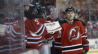 Obránce Devils Marek Židlický oslavuje svůj gól v posledním utkání sezóny proti Bostonu.