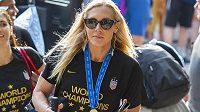 Americkou fotbalistku Allie Longovou během oslav titulu z mistrovství světa ve Francii okradli.
