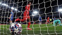 Fotbalista Bayernu Mnichov Kingsley Coman po druhém gólu Serge Gnabryho proti Chelsea. s