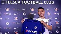 Kylian Hazard pózuje s dresem Chelsea.