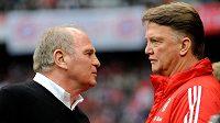 Uli Hoeness (vlevo) kritizuje někdejšího trenéra Bayernu Mnichov Louise van Gaala.