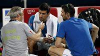 Novak Djokovič během ošetření při zápase s Lopezem, který v Dubaji nakonec vzdal.