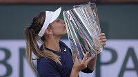 Paula Badosaová líbá trofej pro vítězku prestižního turnaje v Indian Wells.