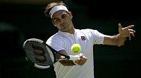 Švýcar Roger Federer ve svém prvním zápase v All England Clubu.