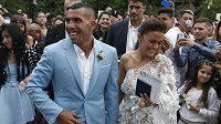 Fotbalista Carlos Tévez a jeho žena Vanesa Mansillová při nedávné svatbě.