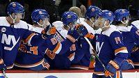 Tom Kühnhackl (14)z NY Islanders se raduje se spoluhráči z gólu v první třetině utkání s Vancouverem.
