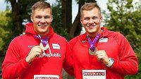 Bratři Forejtové se svými medailemi z juniorského ME: vpravo stříbrný Michal, vlevo bronzový Jakub.