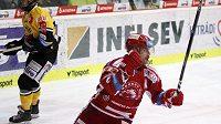 Jakub Petružálek z Třince se raduje z gólu na ledě Litvínova