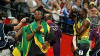 Usain Bolt (vpravo) fotografuje