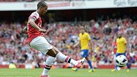 Theo Walcott z Arsenalu střílí gól do sítě Southamptonu.