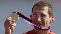 Rychlostní kanoista Brit Ed McKeever se zlatou medailí.