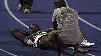 Usain Bolt se záhy po doběhu jamajské kvalifikace nechal ošetřit.