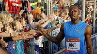 Usain Bolt zdraví diváky během Zlaté tretry v Ostravě