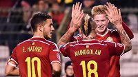 Belgičtí fotbalisté zleva Eden Hazard, Radja Nainggolan a Kevin De Bruyne se radují z postupu na EURO 2016.