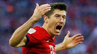 Robert Lewandowski z Bayernu Mnichov oslavuje gól proti Dortmundu.