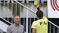 Trenér Jablonce Petr Rada dostává žlutou kartu v derby s Libercem.