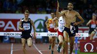 Francouzský běžec Mahiedine Mekhissi-Benabbad si v cílové rovince závodu na 3000 metrů překážek svlékl dres.