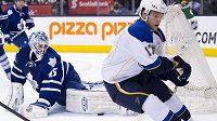 Gólman Toronta Maple Leafs Jonathan Bernier zasahuje proti střele českého útočníka Vladimíra Sobotky (v bílém dresu) ze St.Louis.