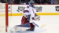 Brankář Henrik Lundqvist z týmu New York Rangers zasahuje v zápase proti Coloradu.