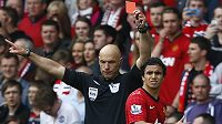 Sudí Howard Webb ukazuji červenou kartu Rafaelovi z Manchesteru United po zákroku na Davida Luize.