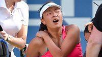 Číňanka Pcheng Šuaj skončila v semifinále US Open s Dánkou Caroline Wozniackou na kolečkovém křesle.