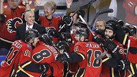 Hokejisté Calgary slaví vítězství nad Los Angeles a postup do play off.