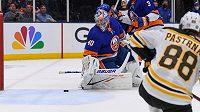 David Pastrňák z Bostonu (88) střílí na branku Semjona Varlamova z celku NY Islanders ve čtvrtém utkání 2. kola play off NHL.