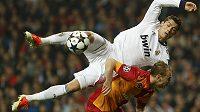Cristiano Ronaldo ve vzdušném souboji s Semihem Kayaou.