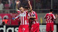 Vladimír Weiss slaví se svými spoluhráči z Olympiakosu Pireus gól v podzimním utkání Ligy mistrů proti Paris Saint-Germain.