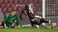 Útočník Sparty Praha Kehinde Fatai střílí gól na 1:1 proti Slovácku.