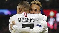 Ofenzivní hvězdy PSG Neymar a Kylian Mbappé oslavují gól.