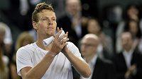Tomáš Berdych zdraví diváky po vítězství nad Stanislasem Wawrinkou, kterým zařídil České republice postup do čtvrtfinále Davis Cupu.