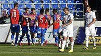 Hráči Plzně se radují z gólu proti Baníku.