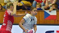 Česká reprezentantka Veronika Mikulášková v zápase proti Chorvatsku na přípravném turnaji v Chebu.
