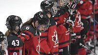 Kanadská hokejistka Rebecca Johnston (6) spolu s dalšími spoluhráčkami vstřebává prohru s Finskem.