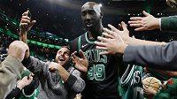 Basketbalista Tacko Fall, který nastupuje v NBA za Boston Celtics, se na předvánočním koncertu zhostil úlohy dirigenta a sklidil velký úspěch.