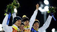 Němečtí skokani na lyžích zleva Andreas Wank, Marinus Kraus, Andreas Wellinger a Severin Freund se radují ze zlaté medaile v závodu družstev na velkém můstku.