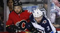 Útočník Calgary Flames Michael Frolík (vlevo) v souboji s Tuckerem Poolmanem z Winnipegu Jets během přípravy na nový ročník NHL. Frolík v tu chvíli netušil, že se v dresu Plamenů potká s Jaromírem Jágrem.