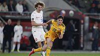 Alex Král (21) a Velšan Daniel James během kvalifikačního utkání, které se českému fotbalistovi zrovna moc nepovedlo.